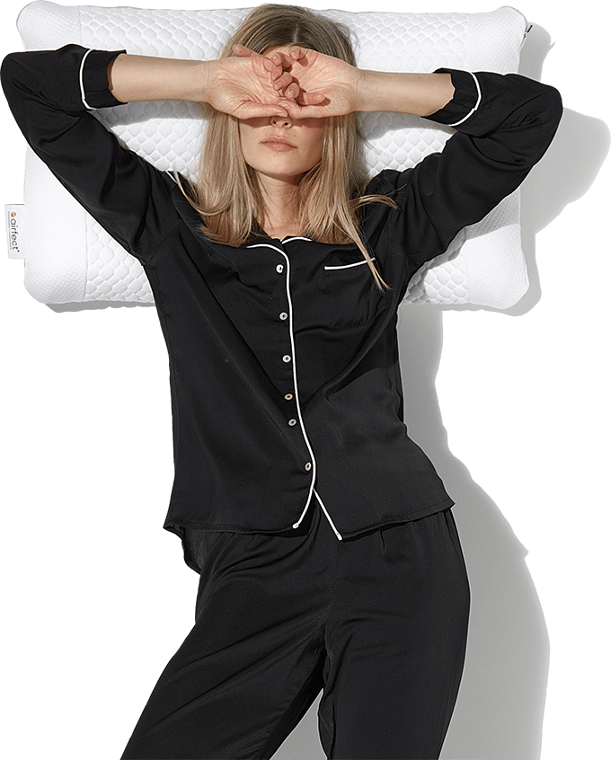 Frau liegt auf airfect Kissen