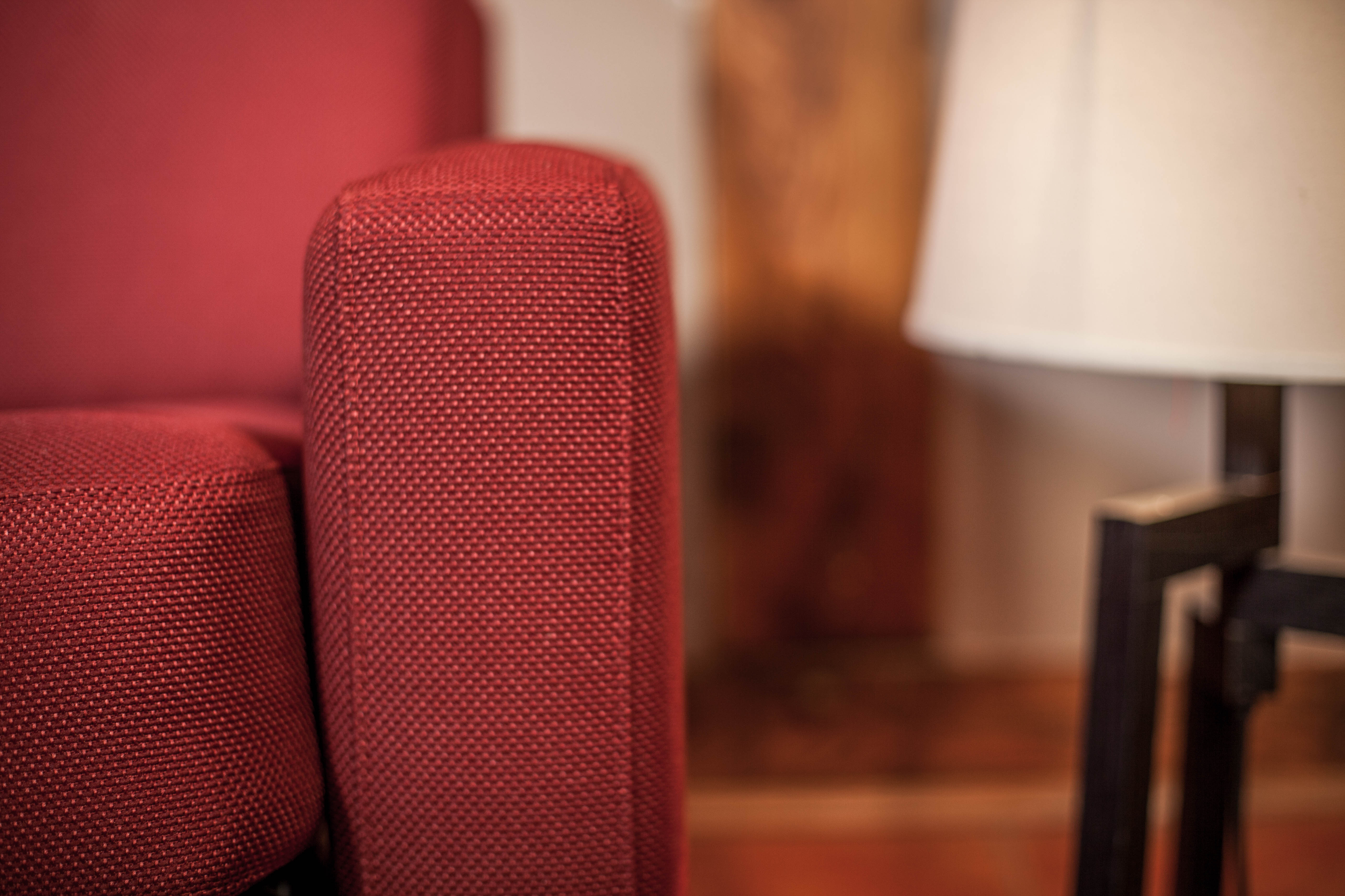 Rote Armlehne vom Hotel Schlafsofa