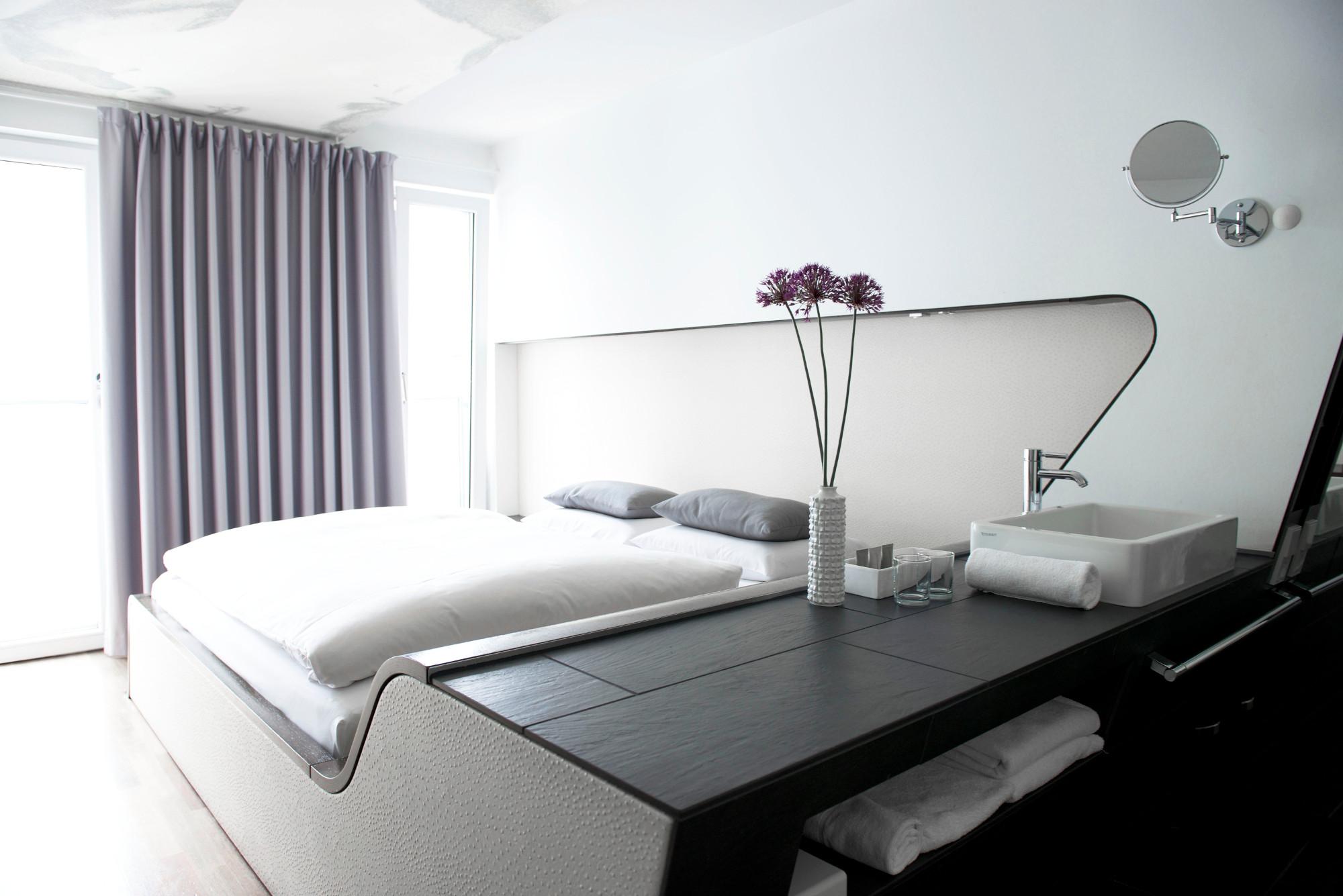 Airfect Kissen auf Bett im Hotel Q Berlin